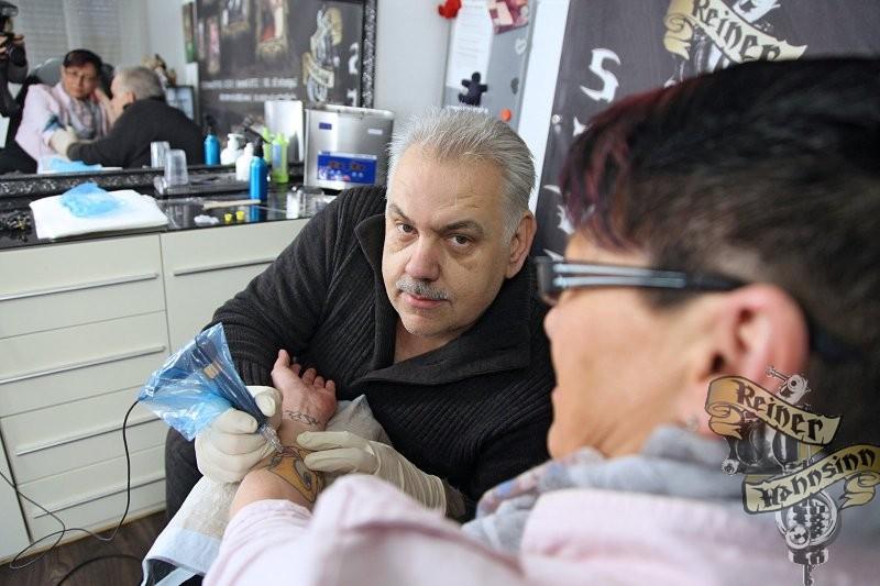 Urgestein: Reiner Fleischer ist aus der Detmolder Tattoo-Szene nicht mehr wegzudenken. Seit 25 Jahren schingt er in der Residenzstadt die Nadel. (© Vera Gerstendorf-Welle(LZ))